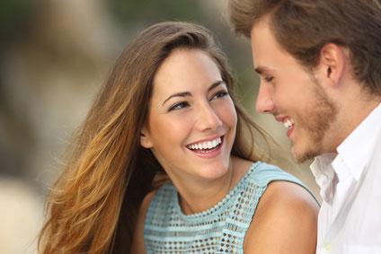 Lachen mit gesunden Zähnen
